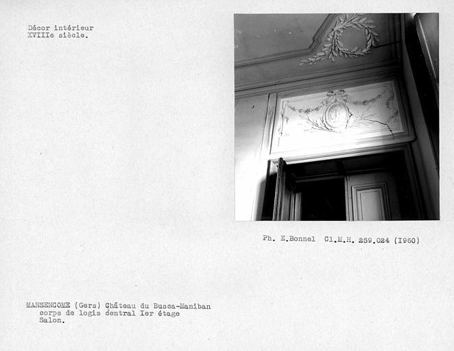 Décor de stuc ornant le dessus de porte du salon au nord du corps de logis central, premier étage