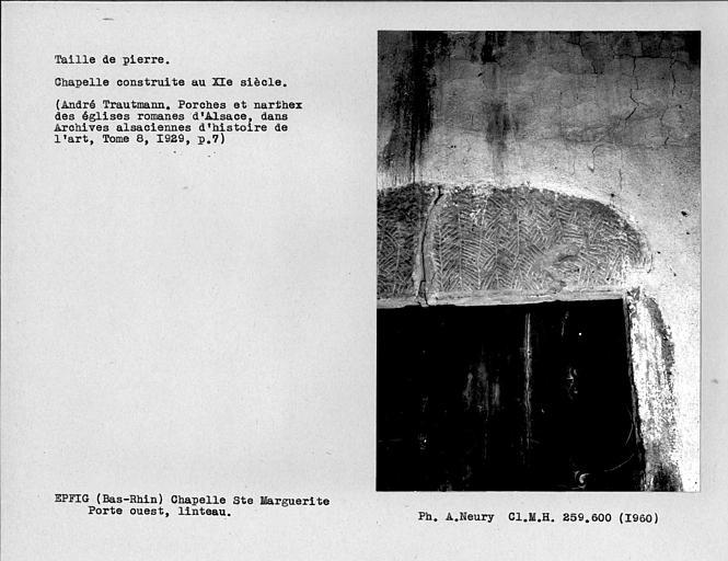 Taille de pierre en feuilles de fougère du linteau de la porte ouest