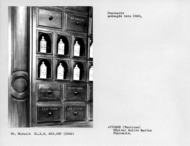 Détail des boiseries de la pharmacie, mur à gauche en tournant le dos aux fenêtres