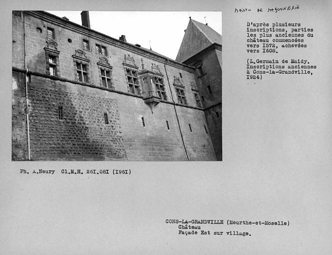 Ensemble de la façade est sur village à l'extérieur de l'aile Renaissance