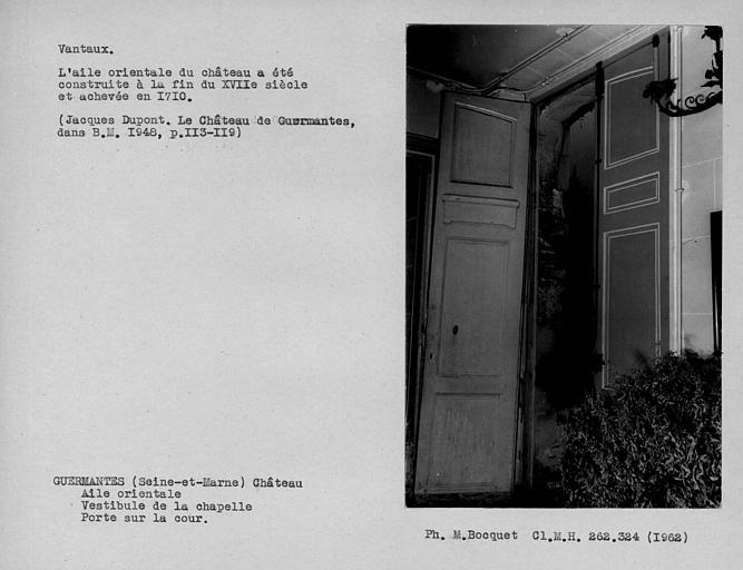 Vantaux de la porte d'entrée ouverte du vestibule du rez-de-chaussée, côté cour