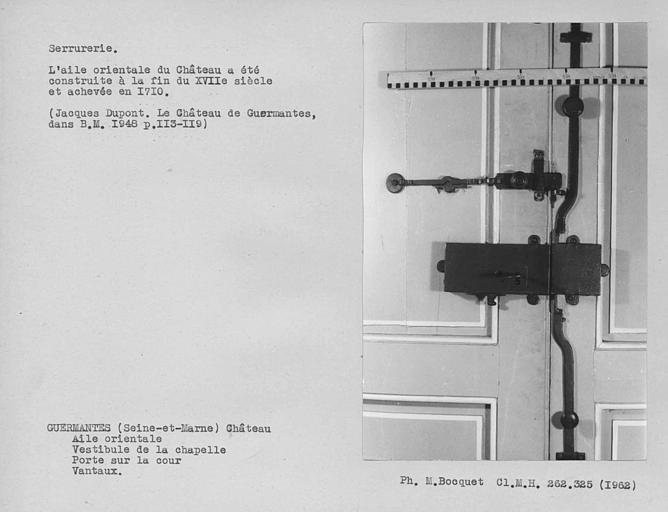 Ensemble du mécanisme de fermeture de la face intérieure de la porte d'entrée du vestibule du rez-de-chaussée