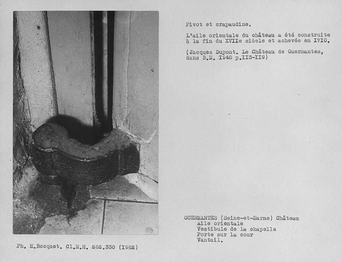 Pivot et crapaudine sur la face intérieure de la porte d'entrée du vestibule du rez-de-chaussée