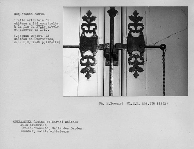 Loqueteaux hauts des volets intérieurs de la fenêtre de la salle des gardes du rez-de-chaussée