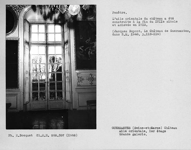 Ensemble de la porte-fenêtre avec volets ouverts de la grande galerie du premier étage