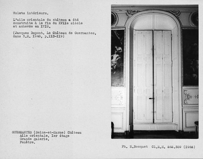 Décor intérieur de la porte-fenêtre et de l'encadrement avec volets fermés de la grande galerie du premier étage