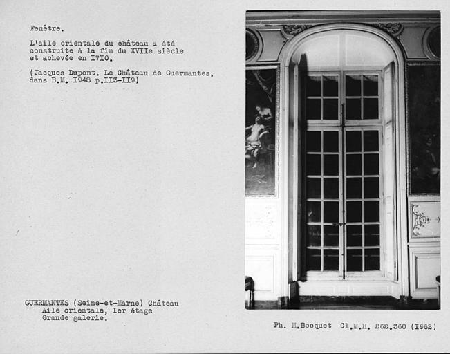 Décor intérieur de la porte-fenêtre et de l'encadrement avec volets ouverts de la grande galerie du premier étage