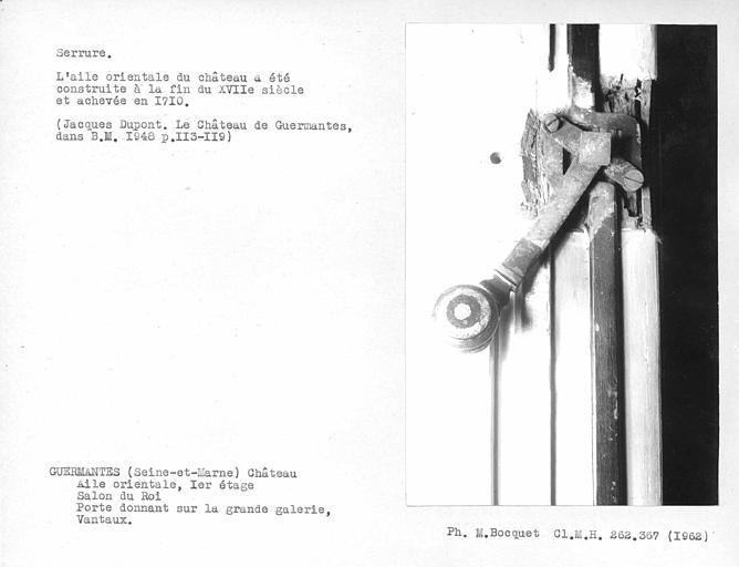 Vue de face du mécanisme de la serrure avec vis de la porte du salon du roi donnant sur la grande galerie du premier étage