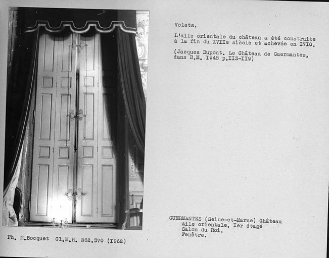 Ensemble des volets fermés de la fenêtre donnant sur la façade est du salon du roi du premier étage