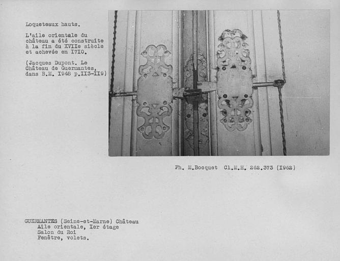 Loqueteaux hauts des volets de la fenêtre du salon du roi du premier étage