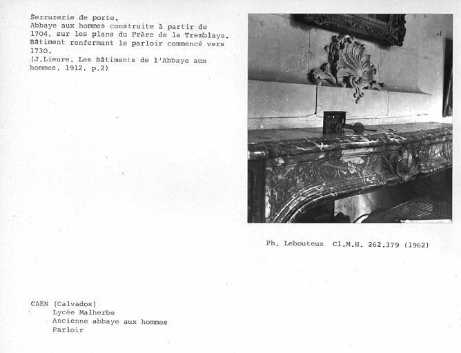Pénétration de la poignée dans le boîtier de mécanisme de fermeture de la porte au nord du parloir côté couloir