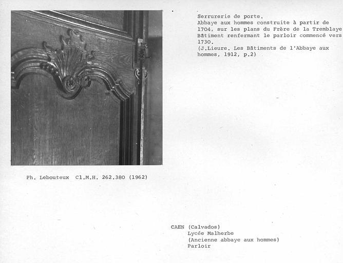 Platine et crémaillères sans couvercle du mécanisme de fermeture de la porte au nord du parloir côté couloir
