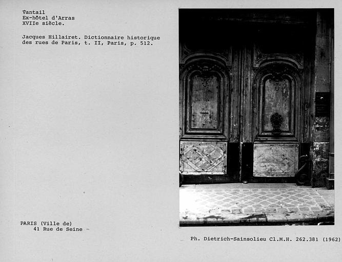 Vantaux de la porte cochère et vantail droit avec marteau et platine
