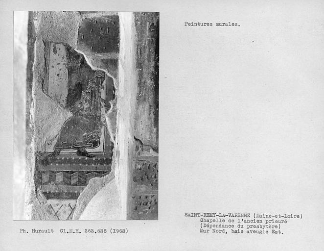 Ebrasement droit de la fenêtre aveugle est du mur nord de la chapelle, partie de personnage