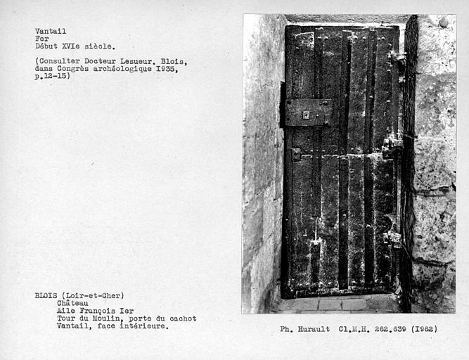 Ensemble de la face du côté intérieur du vantail de la porte en fer du cachot de la tour du moulin