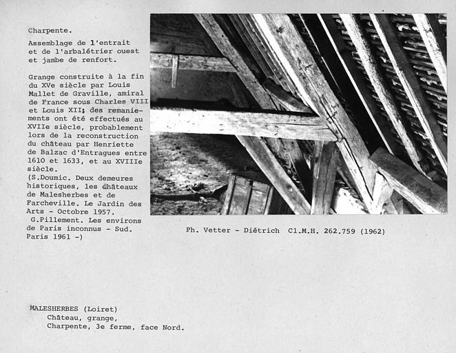 Charpente de la grange aux Dîmes. Face nord de la troisième ferme, assemblage de l'entrait et de l'arbalétrier ouest et jambe de renfort