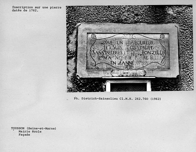 Inscription sur une pierre de la façade