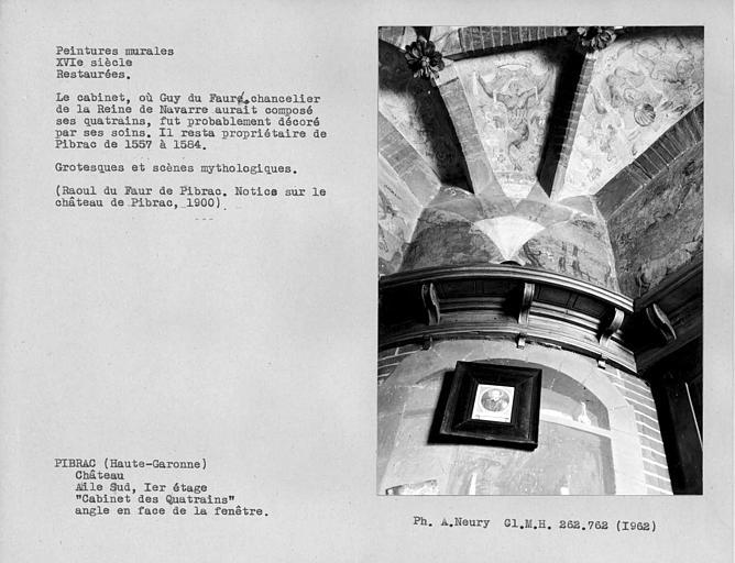 Cabinet des Quatrains au premier étage, peintures murales grotesques de la partie en face de la fenêtre