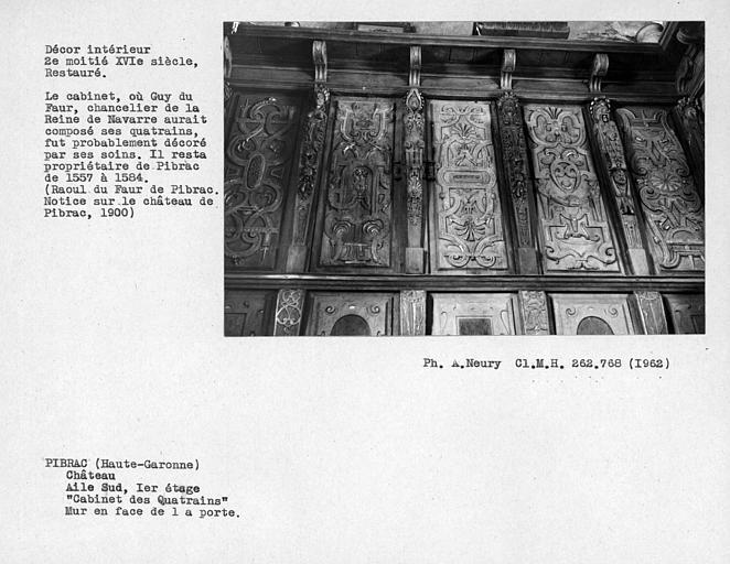 Décor restauré du cabinet des Quatrains au premier étage, boiseries du mur en face de la porte