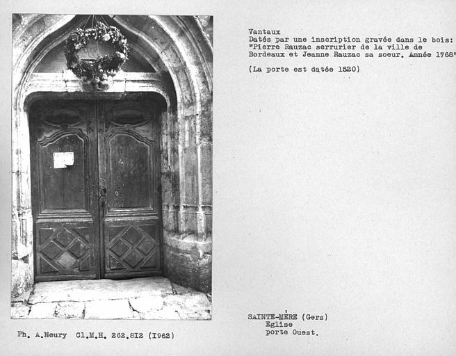 Porte d'entrée au nord, ensemble avec vantaux datés
