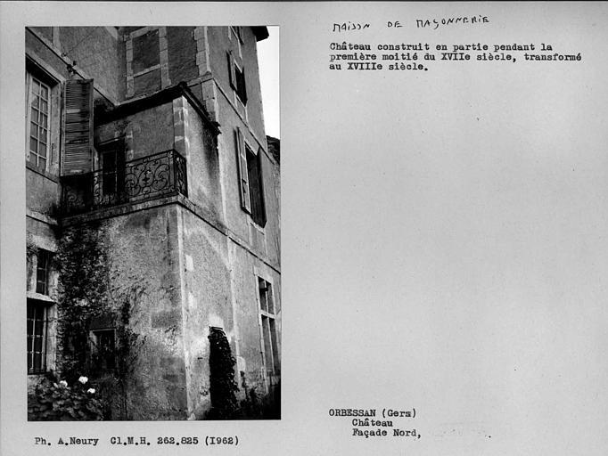 Balcon en fer forgé du côté est de la façade nord de la tour centrale