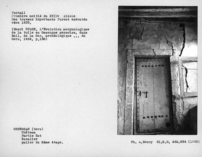 Partie est, escalier, vantail de la porte sur le palier du deuxième étage