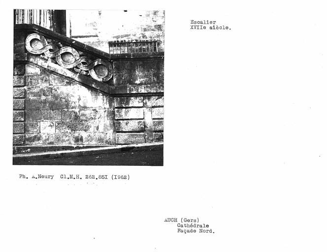 Escalier extérieur à balustrade en pierre de la façade nord, détail de la balustrade