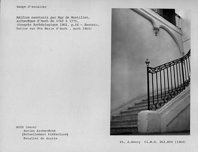 Rampe en fer forgé de l'escalier de droite