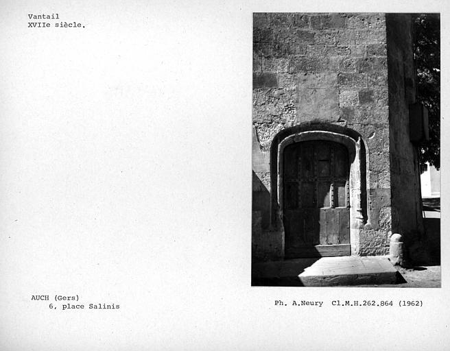 Vantail de la porte extérieure de la tourelle d'escalier