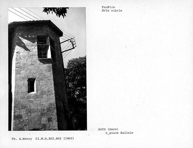 Fenêtre d'angle extérieure de la tourelle d'escalier