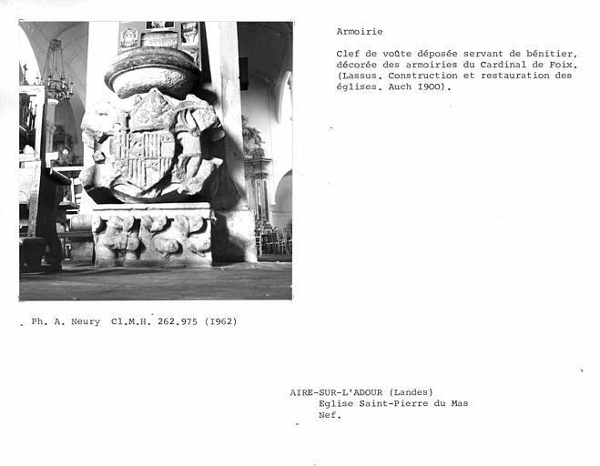 Clef de voûte déposée servant de bénitier, décorée des armoiries du Cardinal de Foix, provenant de la nef