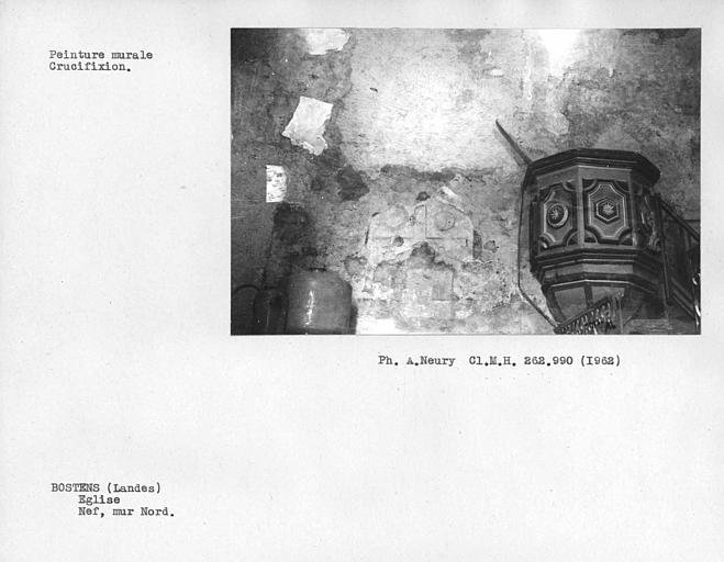 Chaire à prêcher et restes de peintures murales du mur nord de la nef, Crucifixion