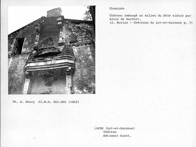 Cheminée au premier et deuxième étages du bâtiment en ruine, extrémité ouest du château