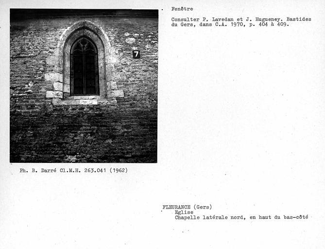 Fenêtre de la chapelle latérale nord, en haut du bas-côté