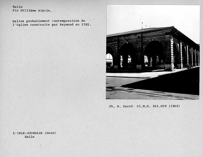Façade en pierre de la halle, angle sud-ouest des arcades