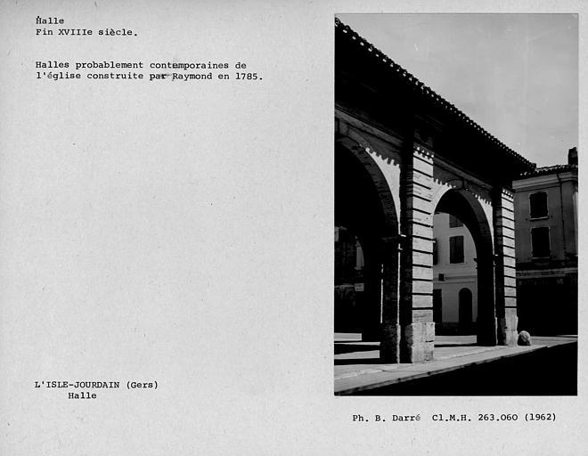 Façade sud en pierre de la halle, extrémité est des arcades