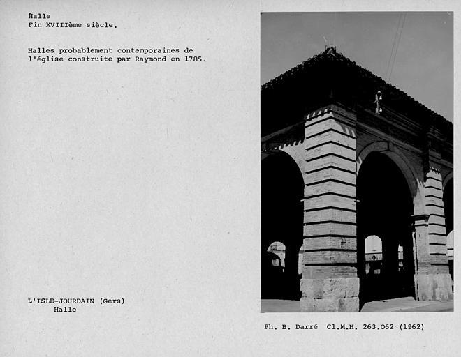 Détail du pilier en pierre de l'angle sud-est de la halle