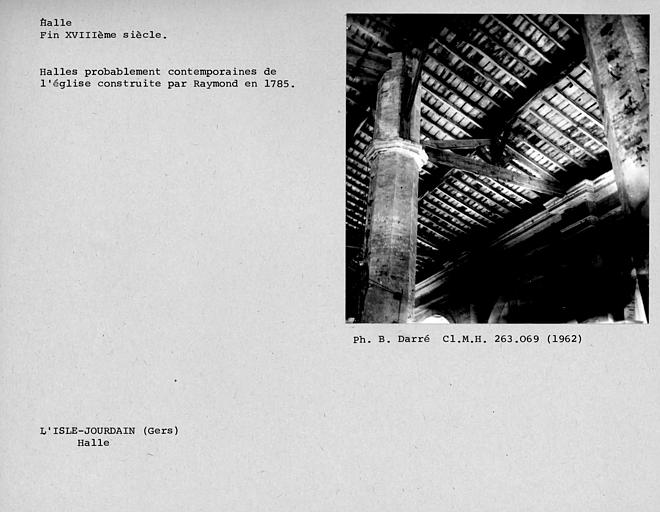 Vue intérieure de la halle, nef latérale de la ferme courante de la charpente