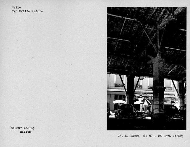 Vue intérieure de la halle, troisième ferme de la nef sud de la charpente depuis l'est