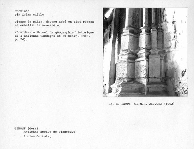 Cheminée de l'ancien dortoir, vestiges, détail de la base du piédroit