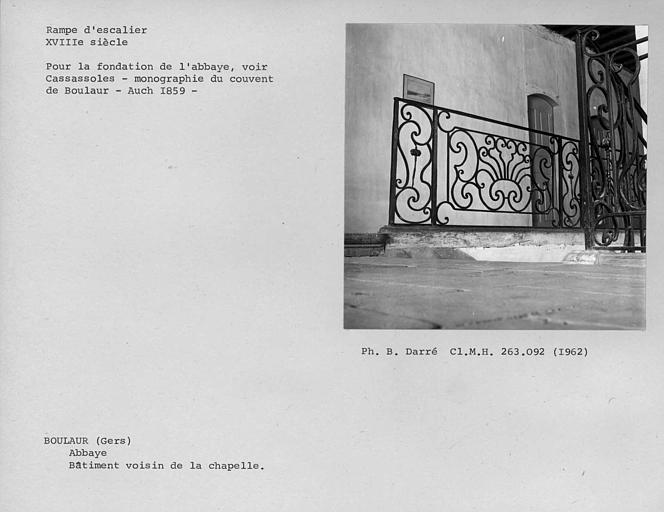 Rampe d'escalier en fer forgé du palier du premier étage du bâtiment voisin de la chapelle