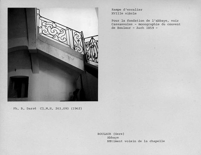 Rampe en fer forgé de la volée médiane de l'escalier au premier étage du bâtiment voisin de la chapelle