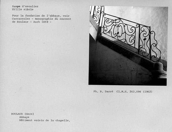 Rampe en fer forgé de la volée inférieure de l'escalier du premier étage du bâtiment voisin de la chapelle