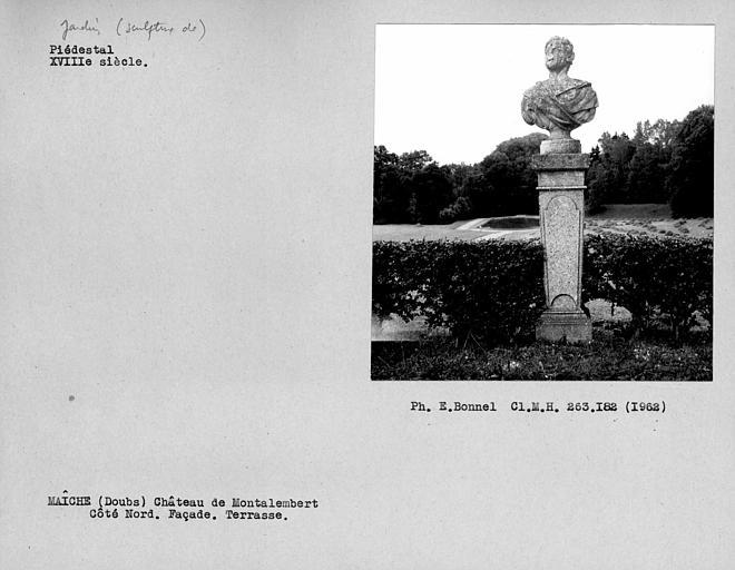 Sculpture de jardin représentant un piédestal composé d'un socle gainé surmonté d'un buste, localisé sur la terrasse de la façade Nord