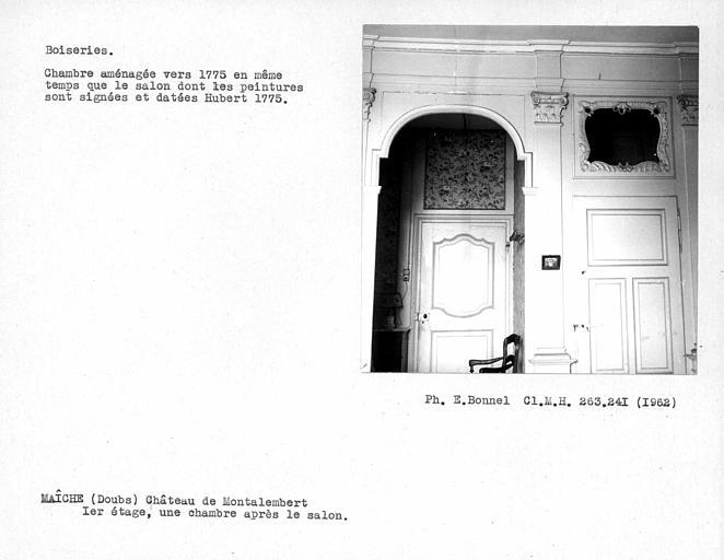 Alcôve et porte de la première chambre après le salon du premier étage