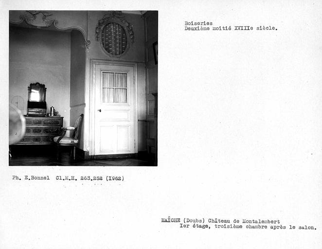 Alcôve et porte droite de la troisième chambre après le salon du premier étage