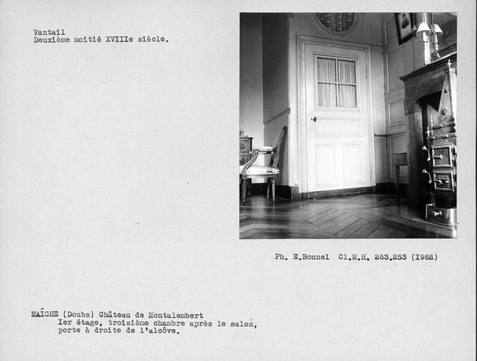Vantail vitré de la porte à droite de l'alcôve de la troisième chambre après le salon du premier étage