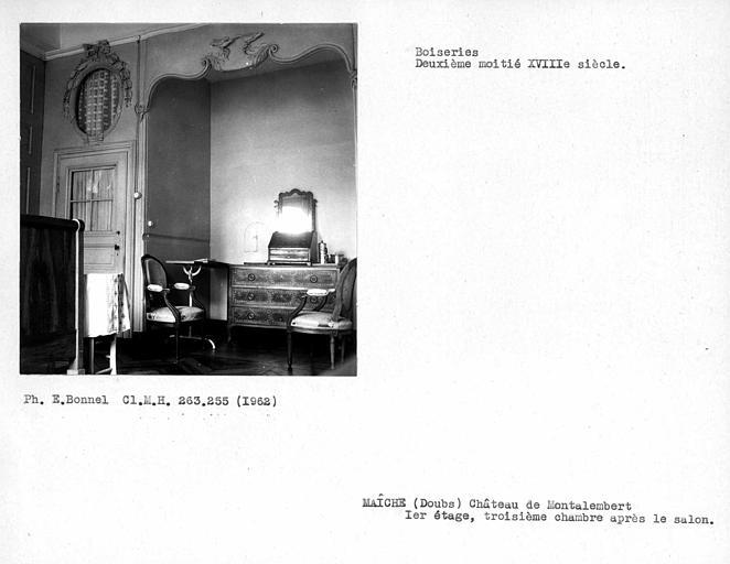 Alcôve et porte gauche de la troisième chambre après le salon du premier étage
