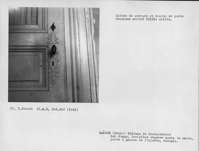 Entrée de serrure du vantail de la porte à gauche de l'alcôve de la troisième chambre après le salon du premier étage