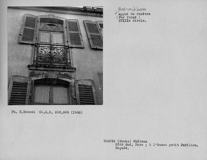 Appui de fenêtre en fer forgé de la façade de la cour du commun